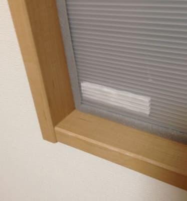 家の窓に付けた防寒用のダンプラ